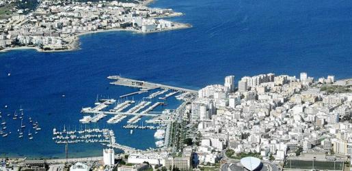 Vista aérea de Sant Antoni y la bahía de Portmany.
