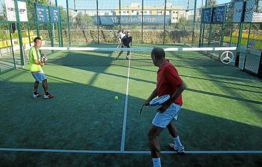 Un instante del partido entre las parejas Massanet-Cardona y Tarrés-Chazarra.