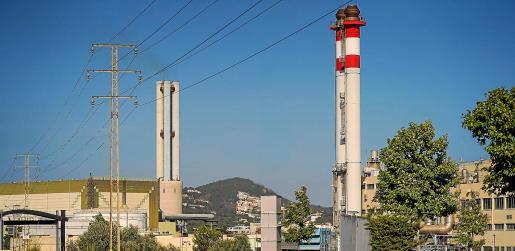 Las chimeneas de la central eléctrica de Ibiza, gestionada por Endesa.