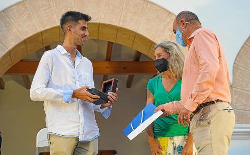 Marc Tur recibe un obsequio de manos de Vicent Mari y Carmen Ferrer.