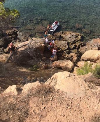 Evacuado en moto acuática un ciclista que cayó al mar desde una altura de 8 metros entre Cala Pada y es Niu Blau.