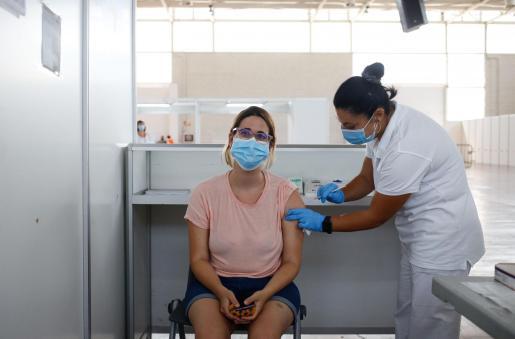 Una enfermera administrando una de las dosis de la vacuna en el Recinto Ferial de Ibiza.