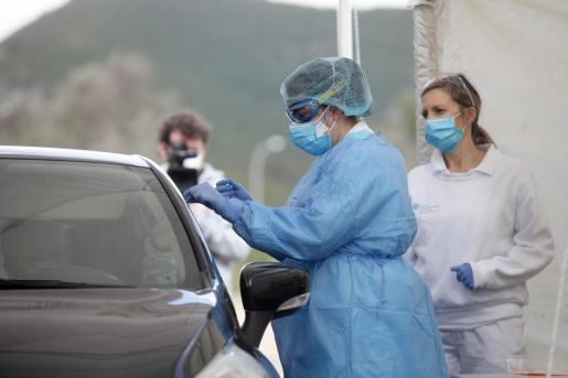 Personal sanitario realiza pruebas de detección del coronavirus en la carpa del hospital Can Misses.
