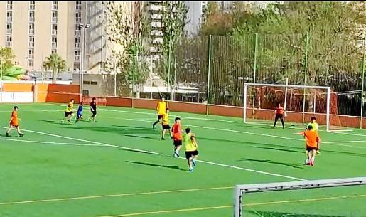 Un equipo del Club de Fútbol Platges de Calvià, durante un entreno.