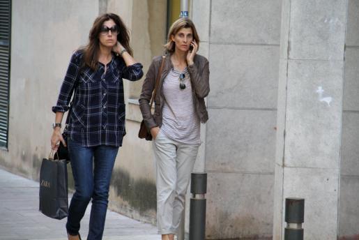 Durante todo el paseo por el centro de Palma, acompañada por su amiga, Rosario estuvo pendiente del telefono.