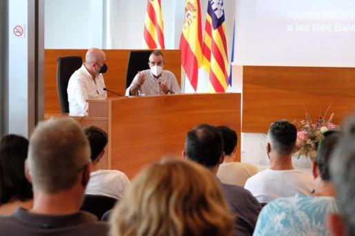 El vicepresidente del Govern, Juan Pedro Yllanes, y el director general de Energía y Cambio Climático, Pep Malagrava, en una rueda de prensa en Ibiza.