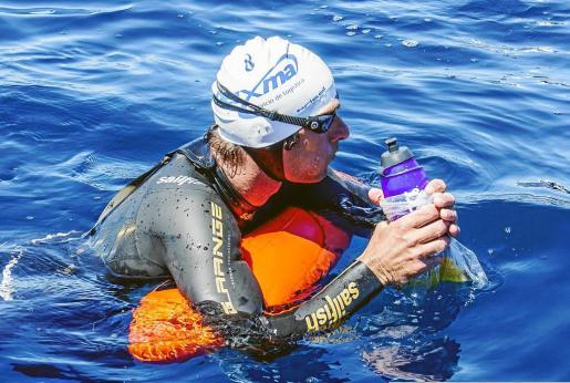 Juanjo Serra, durante el reto de cruzar a nado Formentera y Eivissa, completado con éxito recientemente.