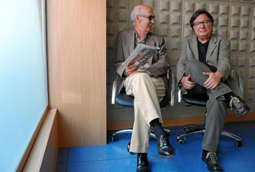 Antoni Torres Font (izq.), editor del libro, junto a Carles Fabregat (dcha.), su autor