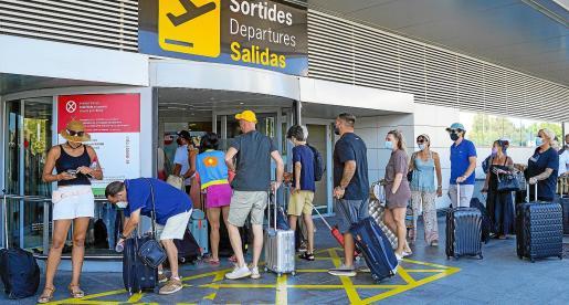 Turistas europeos en el aeropuerto de Ibiza este verano.
