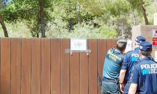 Miembros de la Guardia Civil y de la Policía Local precintaron ayer los accesos al complejo turístico.