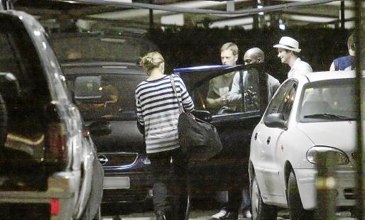 Imagen de archivo de un servicio de taxi pirata recogiendo turistas en el aeropuerto de Eivissa.