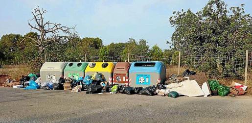 Imagen de archivo de basura acumulada en contenedores del municipio de Sant Josep.