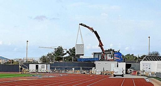 Instalación de los módulos en la pista de atletismo.