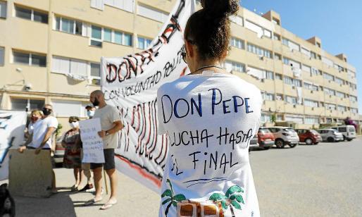 Los vecinos de los apartamentos Don Pepe frente a sus hogares el pasado mes de julio.