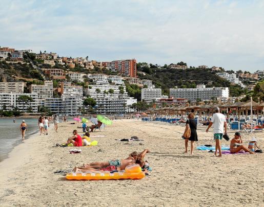 A primera hora de la mañana, el ambiente en la playa de Santa Ponça es tranquilo pese a estar en la última semana de agosto.
