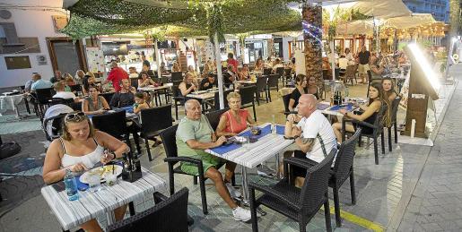 Un restaurante de Sant Antoni de Portmany, centro neurálgico del turismo británico en Eivissa, con la terraza llena a la hora de la cena este agosto.