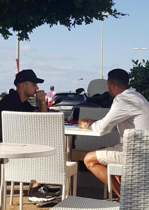 Jony, desayunando con Guerrero en Ibiza.