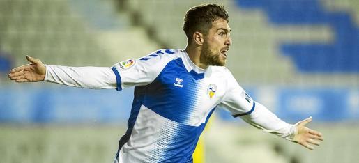 Juan Ibiza celebra un gol con el Sabadell durante la temporada pasada.