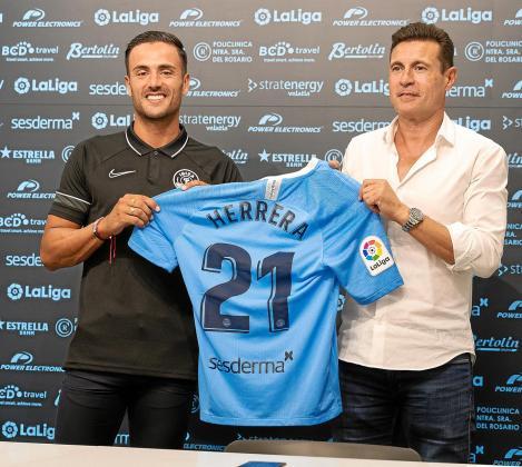 Cristian Herrera y Amadeo Salvo posan con la camiseta de la UD Ibiza.