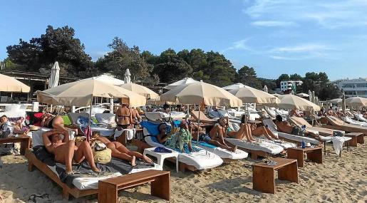 Turistas en un beach club de Port des Torrent, el pasado fin de semana.