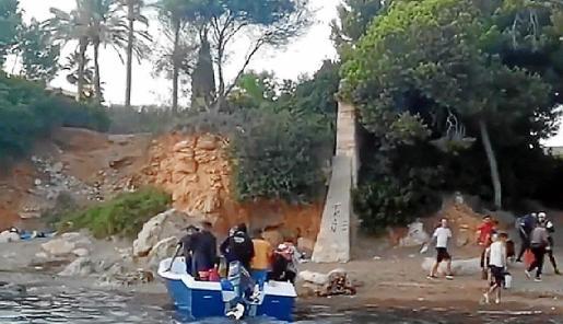 Imagen del desembarco de los 18 inmigrantes en Punta Negra (Calvià).