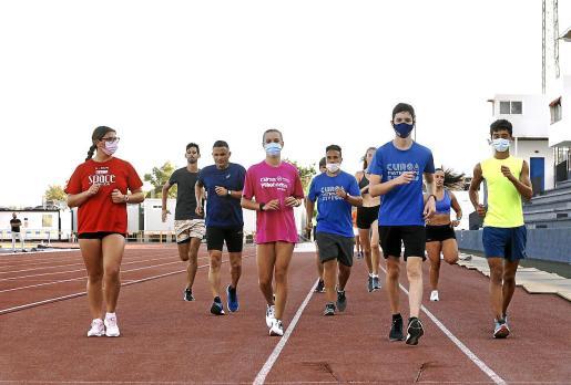 Varios atletas, durante su sesión de entrenamiento de este viernes por la tarde en Can Misses.