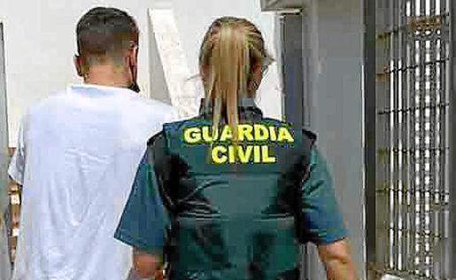 Una guardia civil custodia el traslado del detenido.