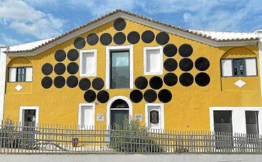 Los puntos negros instalados en la fachada del Casal de Igualdad de Vila bajo el lema 'Prou violència masclista'.