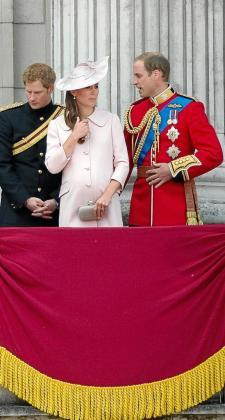 El príncipe Enrique junto con el príncipe Guillermo y la duquesa Catalina de Cambridge aparecen en el balcón del Palacio de Buckingham, durante la ceremonia del 'Trooping the Colour' en honor al nacimiento de la soberana.