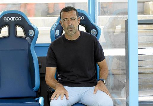 Juan Carlos Carcedo, en el banquillo durante el primer partido de la temporada en Can Misses.