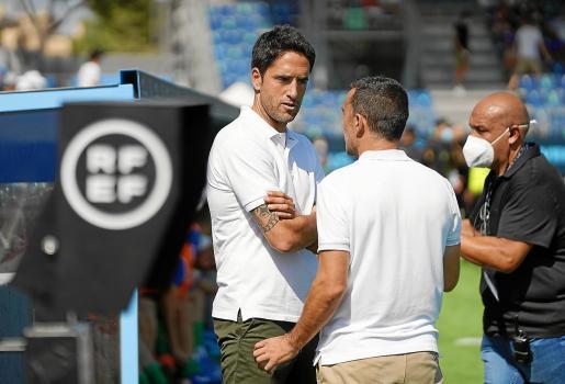 Íñigo Vélez y Carcedo charlan antes del inicio del partido.