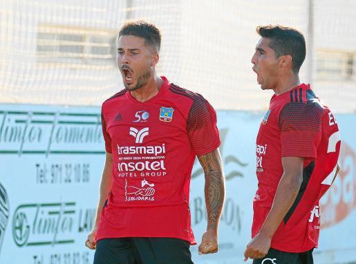 Mena, a la izquierda, eufórico tras marcar el primer gol del Formentera en el duelo contra el CD Ibiza.