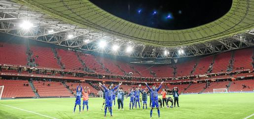 Los jugadores del Formentera celebran el pase de ronda en la Copa del Rey sobre el césped de San Mamés tras eliminar al Athletic.
