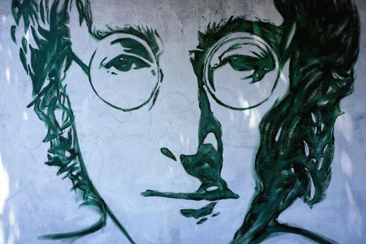 Un mural callejero representando a John Lennon.