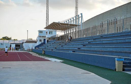 Una vista general de la grada de Can Misses 3, donde no se han instalado a tiempo los asientos para los espectadores.