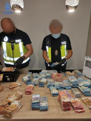 Los agentes de la Policía Nacional de Palma cuentan el dinero recuperado.