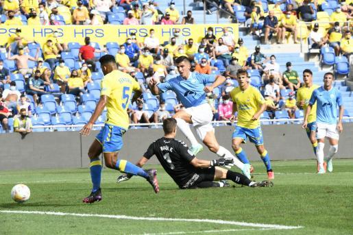 Instante en que Castel remata para hacer el 0-1 en Las Palmas.