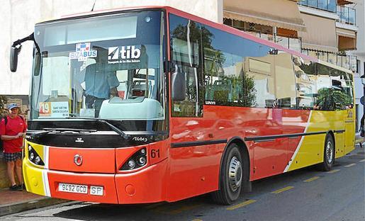 Imagen de archivo de un autobús circulando por Ibiza.