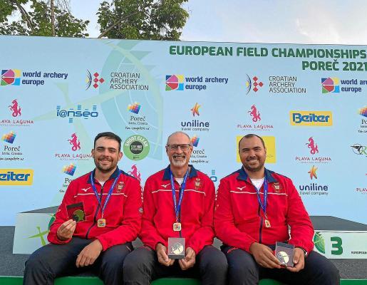 El equipo español, con Dani Morillo a la derecha, posa con sus medallas de oro.