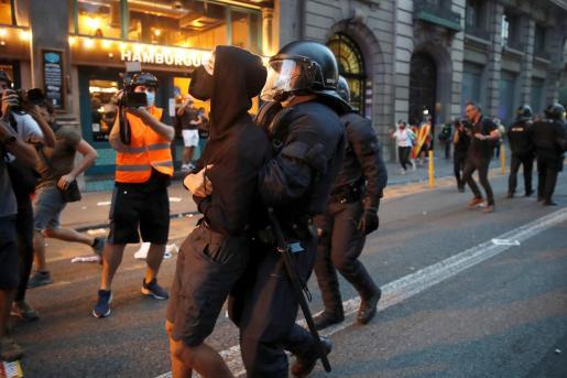 Agentes de los Mossos d'Esquadra durante los incidentes registrados en las inmediaciones de la comisaría de Vía Lietana de Barcelona, al finalizar la manifestación convocada por la ANC este sábado en Barcelona con motivo de la Diada del 11 de septiembre.