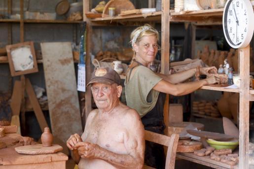 María José Marí Bufí y su padre, el maestro Toni Marí 'Frígoles', en el taller donde María José da forma a sus creaciones.