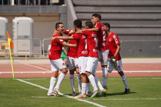 Varios jugadores del CD Ibiza celebran uno de los goles contra el Tarazona.