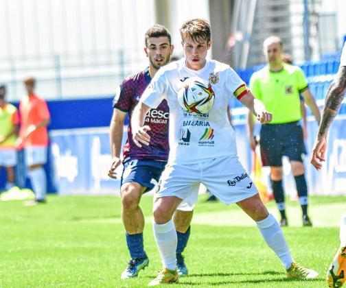 Cristeto, centrocampista de la Peña Deportiva, controla el balón con el pecho en un lance del encuentro de ayer en El Alcoraz.
