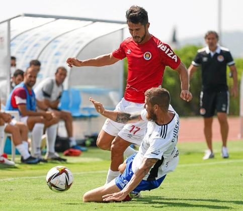 Juan Delgado se intenta zafar de un jugador del Tarazona.
