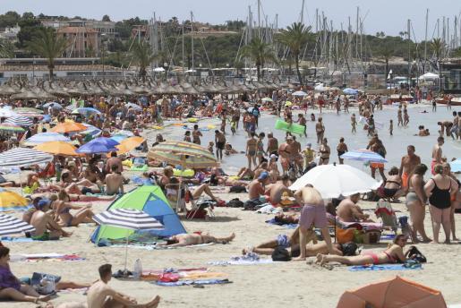 La España que se llena. Balears representa la España que se llena frente a la España vaciada. En 2001 había 878.627 residentes en el Archipiélago, cifra que llegará a 1.334.731 de aquí a 10 años. El Archipiélago habrá crecido un 50 % entre 2001 y 2031, una cifra que triplica el crecimiento medio en toda España.