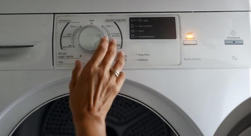 Acciones cotidianas, como poner la lavadora, cada vez son más caras.