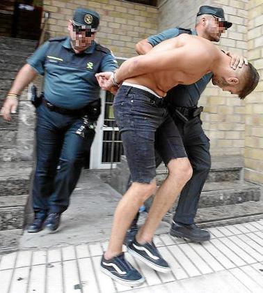 El británico acusado de asesinar a otro joven en Sant Antoni, saliendo de los juzgados de Ibiza.