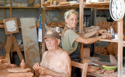 María José Marí Bufí y su padre, el maestro Toni Marí 'Frígoles' en el taller donde María José da forma a sus creaciones.