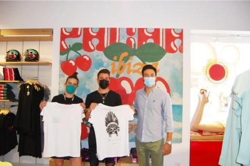 De izquierda a derecha en la imagen Azahara Navas (dependienta Pacha Shop), Luís Mestre (responsable de Stay Local Ibiza) y Álvaro del Toro (responsable de comunicación en APNEEF).