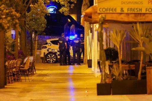 Agentes de la Policía Local de Ibiza durante el toque de queda.